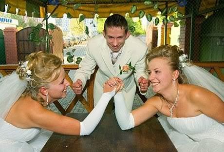 مچ انداختن دو عروس برای بدست آوردن یك شوهر